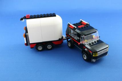 ホーストレーラー付きの4WD16